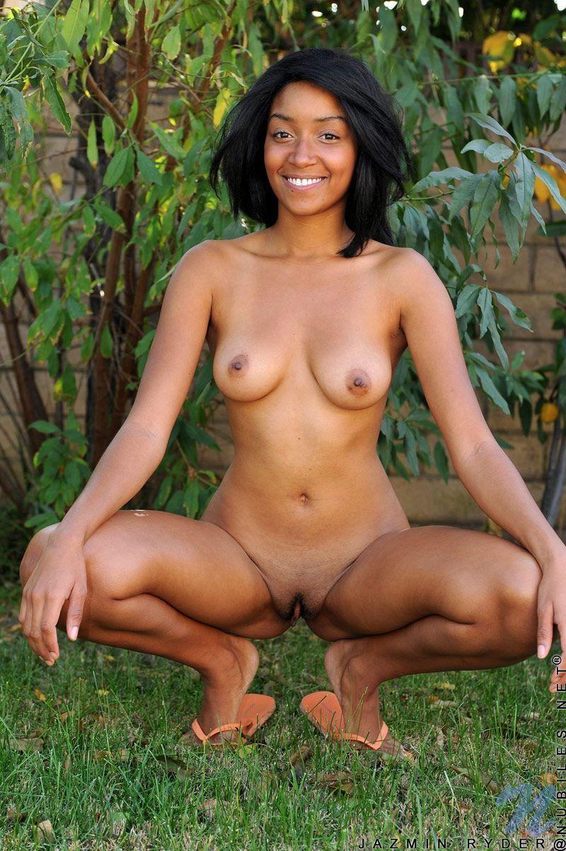 Chocolate Girl Jazmin Ryder Peels Off Her Yellow Bikini And Poses Nude In The Backyard