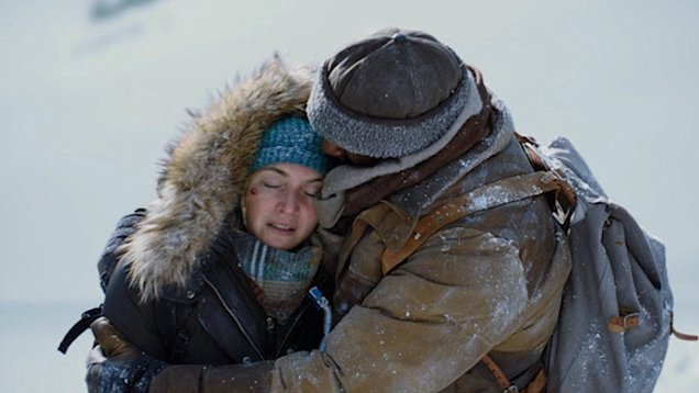 Kate Winslet Gets Steamy In The Mountain Between Us Scenes Daily Mail Online