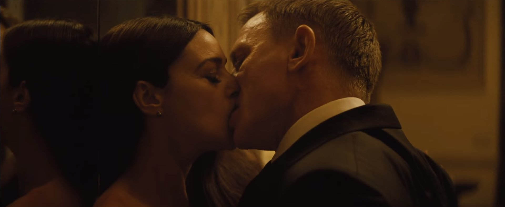 Spectre Kissing Scenes Banned In India Spark Memes The Independent